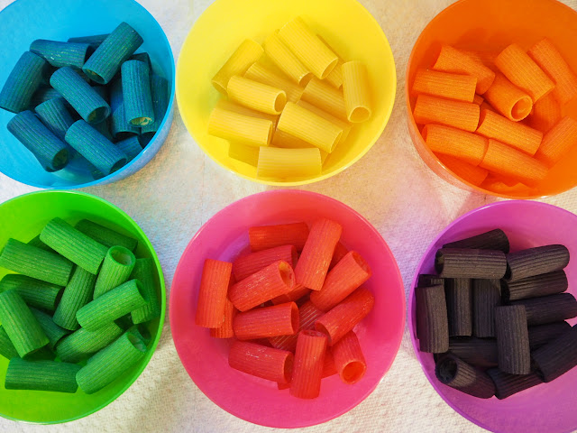 利用簡單材料就可以輕鬆染出彩色筆管麵