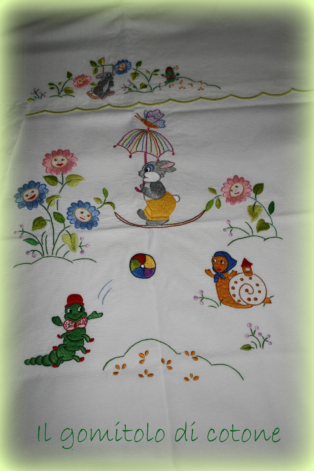 Il gomitolo di cotone lenzuolino e copertina con animaletti for Disegni punto croce per lenzuolini neonati