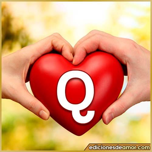 corazón entre manos con letra Q