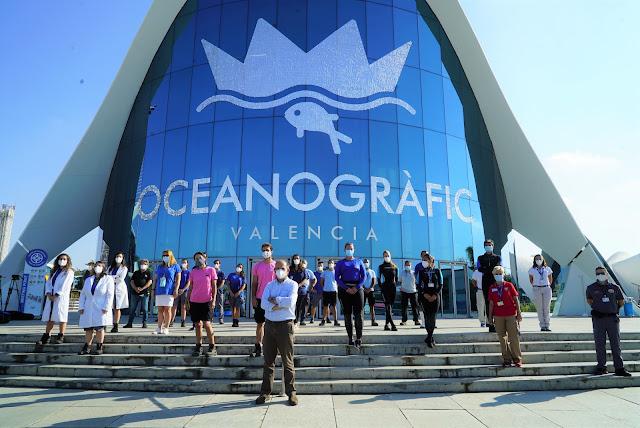 Foto de grupo con los profesionales del Oceanogràfic