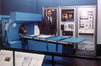 Robert S. Ledley dengan Mesin CT Scanner temuannya