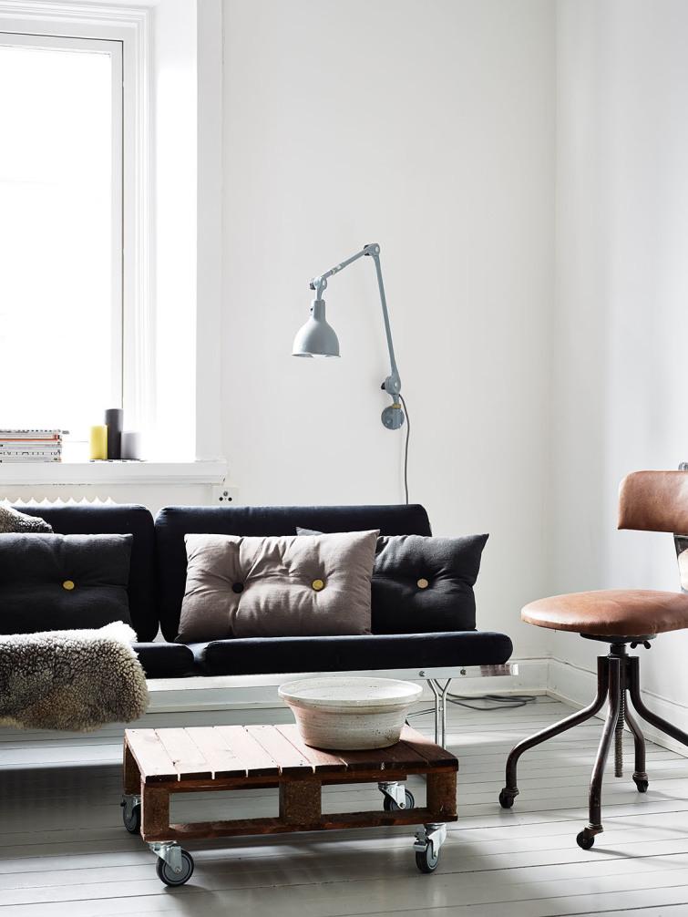 szwedzka lampa i kanapa