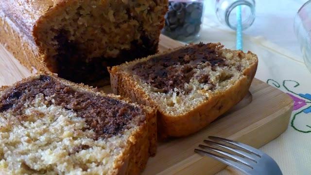 Bizcocho de plátano con el corazón de chocolate. Bundt cake. Desayuno, merienda, postre. Plum cake. Recetas con horno. Cuca