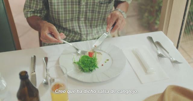 vemos la mesa de un restaurante occidental, un plato de ensalada con una hermosa presentación, se lee el texto del subtitulado: Creo que ha dicho salsa de cangrejo
