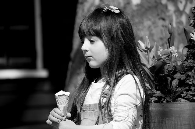 Trauriges Mädchen mit Eis
