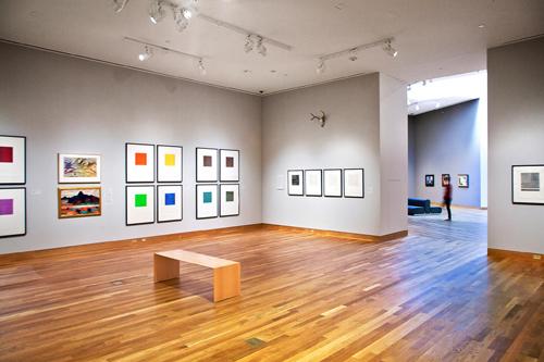 Vista del interior de una de las salas de exposición del Weisman Art Museum diseño del famoso arquitecto Frank Gehry