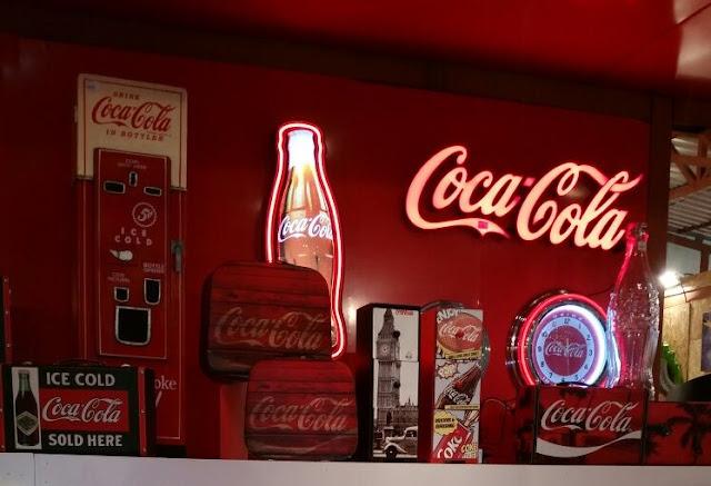 Itens de decoração da Coca-Cola
