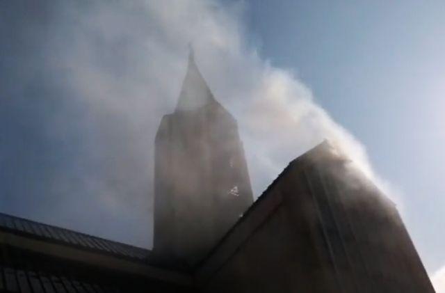 Incendio afecta a Catedral de Valdivia