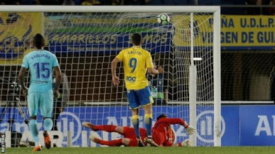 Las Palmas hold leaders Barca with 'invisible penalty'