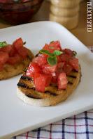 (Crostini  z pomidorami i bazylią
