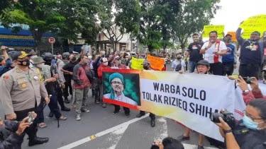 Polisi Bubarkan Demo Tolak Habib Rizieq di Solo