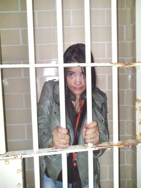menina em uma cela de prisao