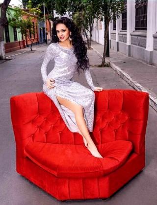 Foto de Mayra Goñi sentada en un sofá