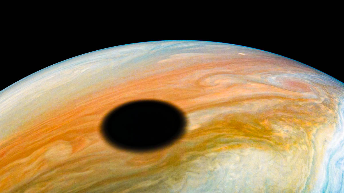 A sombra de Io: o dramático registro de um eclipse em Júpiter, feito pela sonda Juno