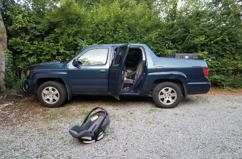 Un'altra bambina piccola è morta dimenticata nell'auto dai genitori