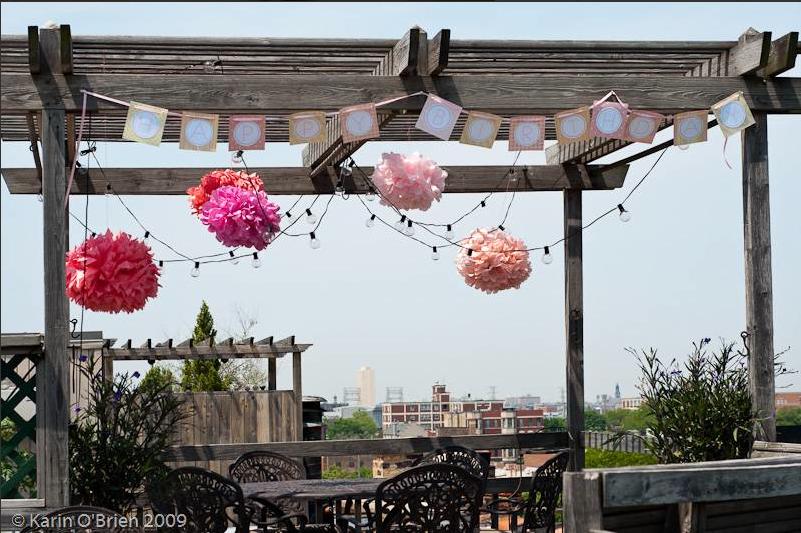 Decoraci n para comuniones pompones de papel seda for Como decorar una mesa de jardin