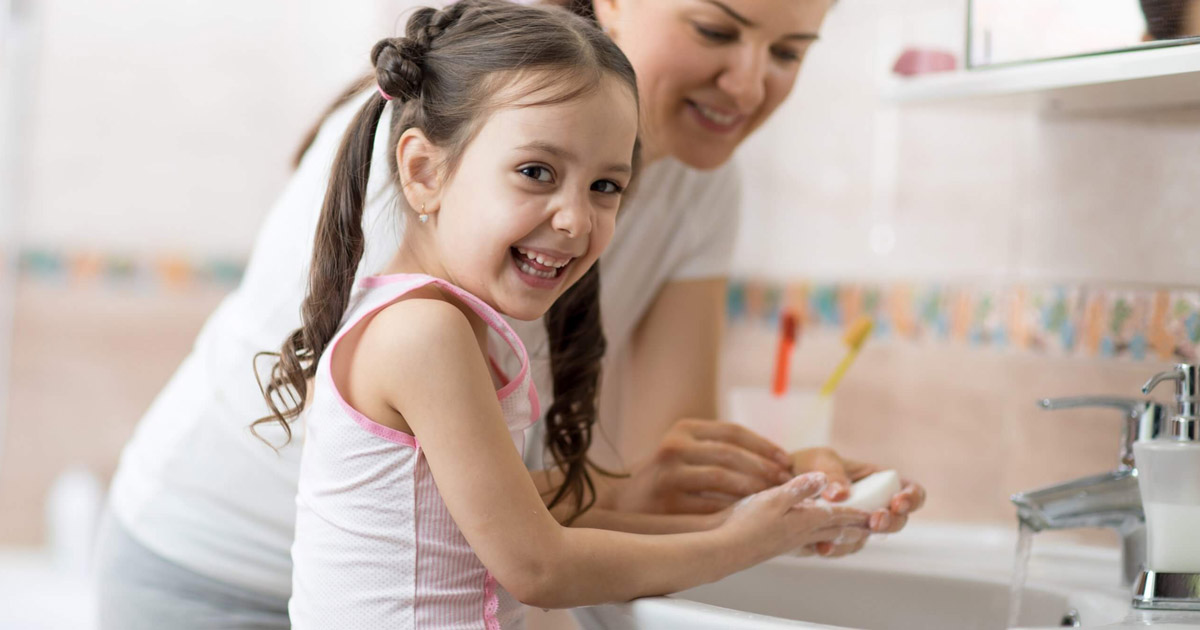 Dạy trẻ rửa tay trước khi ăn và sau khi đi vệ sinh