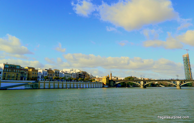 Ponte Isabel II e a orla de Triana, em Sevilha