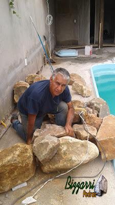 Bizzarri iniciando uma cascata de pedra na piscina, sendo cascata com pedra moledo. 5 de janeiro de 2017.