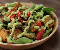 Salada de Vegetais Assados com Molho de Abacate (vegana)