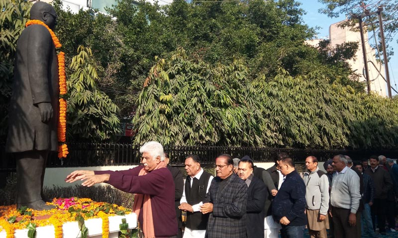 Shri Rakesh Bharti Mittal, President of the Trust along with others paying floweral tribute to Late Shri Sat Paul Mittal MP