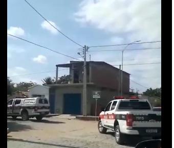Policiais da PB e RN fazem rondas para tentar capturar suspeitos de atirar contra a residênsica de PM