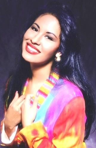 Foto de Selena con una gran sonrisa