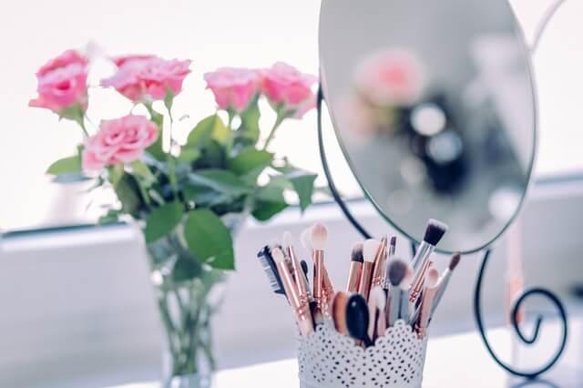 Toaletka damska, kwiaty, lustro i pędzle