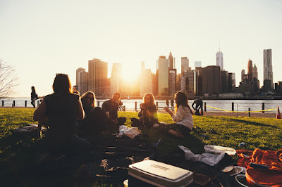 amigas relaxando no parque