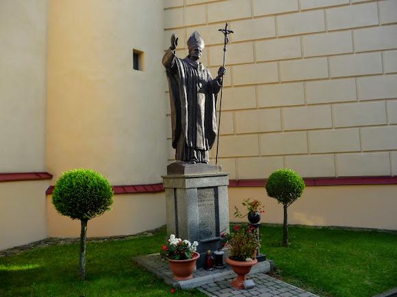 Самбор. Памятник Иоанну Павлу второму Папе Римскому