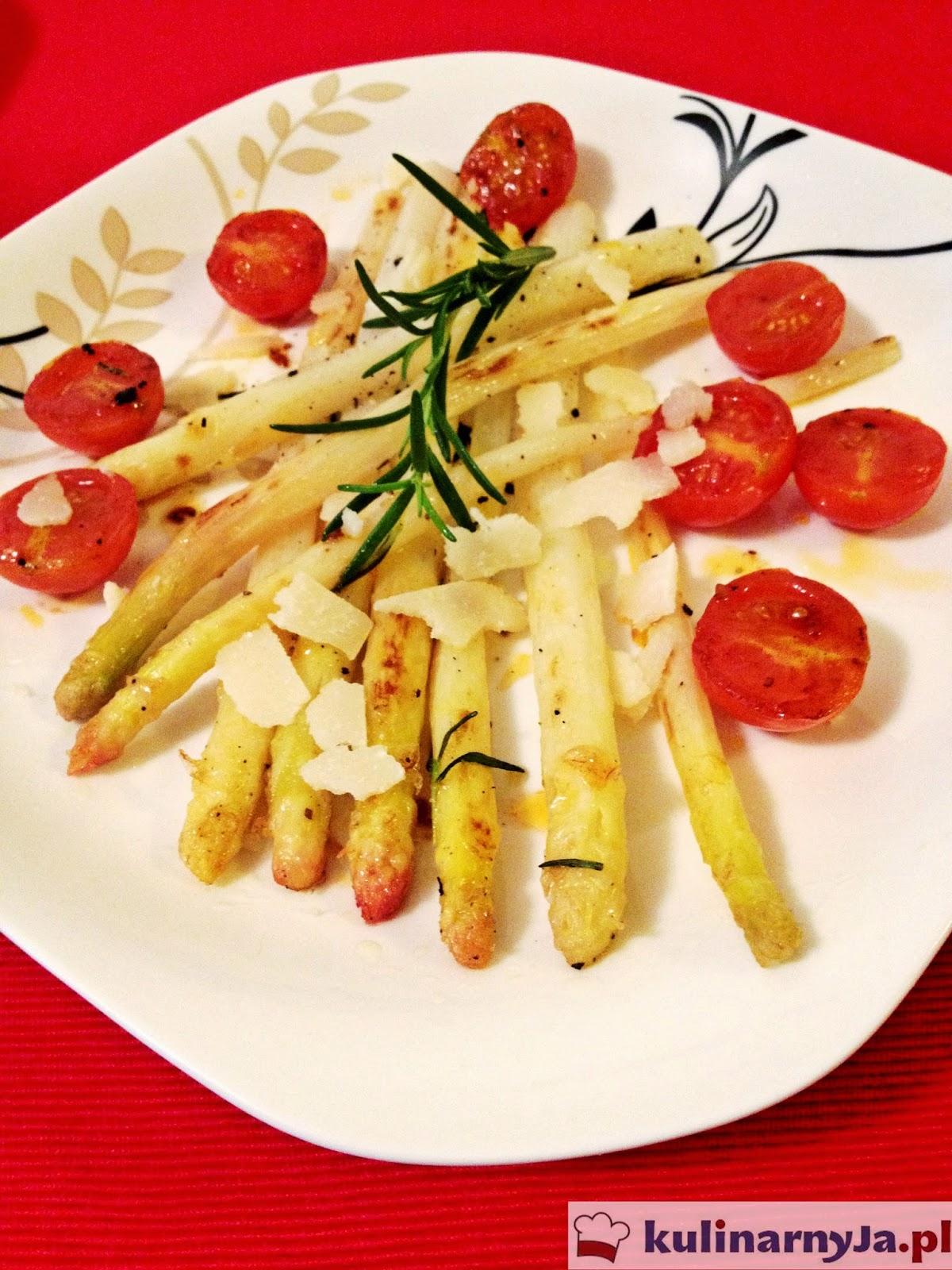 Szparagi z masłem cytrynowym, parmezanem i pomidorkami cherry