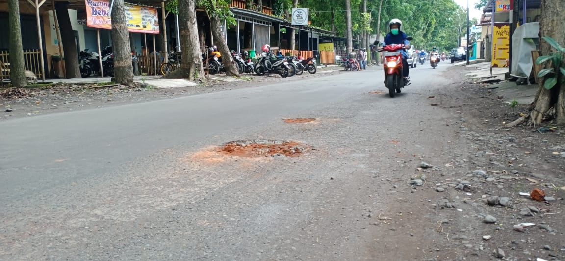 Warga Swadaya Tambal Jalan Berlubang