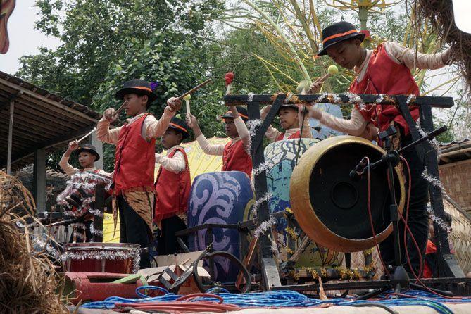 Kelompok Amblotan Etnika perfom di Festival Drumblek 2019