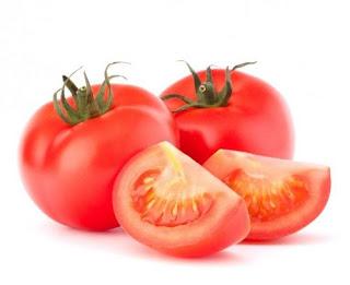 Cara menghaluskan kulit wajah secara alami dengan tomat