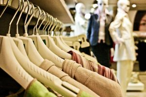 Comportamento de compra do consumidor de vestuário na crise. Ofertas e marcas são atrativos
