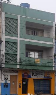Imagem da fachada do prédio onde se encontram os dois apartamentos vagos para alugar.