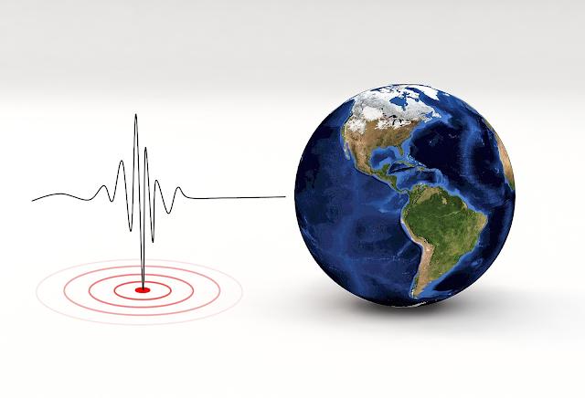 A imagem mostra um fundo branco. No lado direito, está desenhado o planeta Terra - uma figura redonda, azul escuro e a América do Norte e do Sul está virada para a frente. A América do Sul está toda verde, com a lateral inferior esquerda amarronzada. A América do Norte está com a parte de baixo marrom mas a parte superior está branco, simbolizando neve. No lado esquerdo, há uma linha preta encontrando um ponto vermelho no centro abaixo dela. A linha preta simboliza os movimentos que a Terra faz.