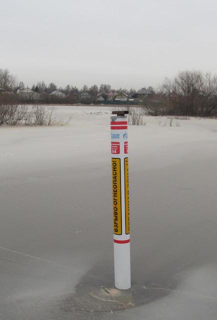столб с отметкой уровня воды