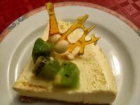 Detalle del adorno de tarta cremosa de chocolate blanco y kiwi.