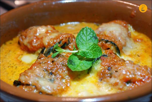 Involtino de calabacín (rollitos de calabacín con queso scarmoza, salsa de tomate, speck y hierbabuena) en Casa dei Pazzi Madrid Chueca