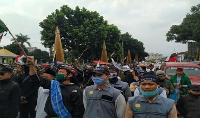 Kasus Denny Siregar Dilimpahkan ke Polda Jabar, Massa tak Puas