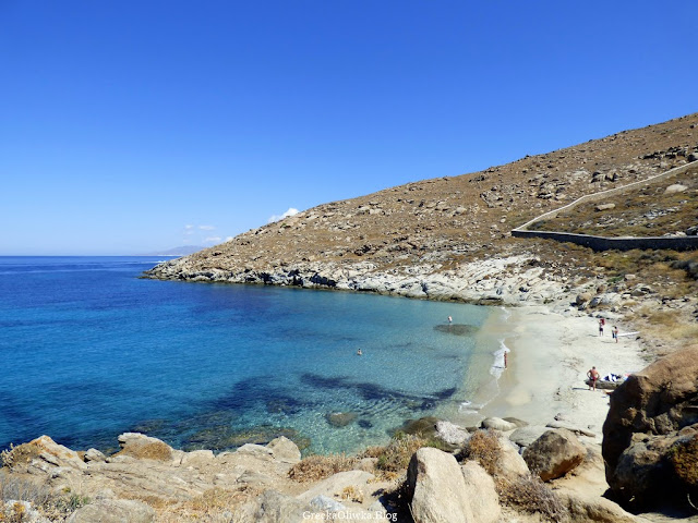 Widok na Zatokę Kapari. Drobnopiaszczysta plaża Mykonos Grecja
