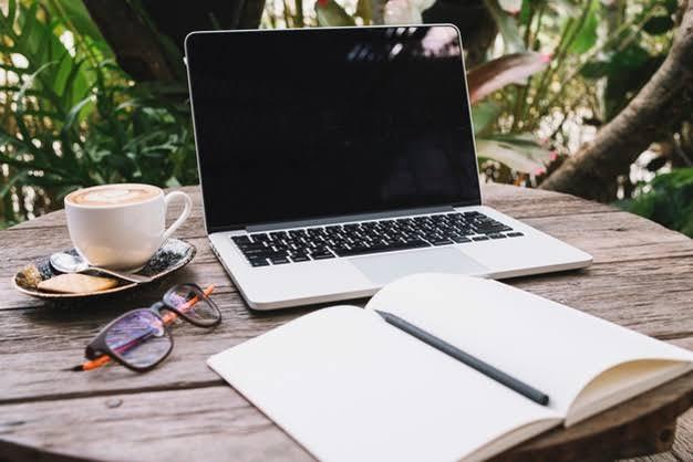 gambar laptop dan kopi di meja