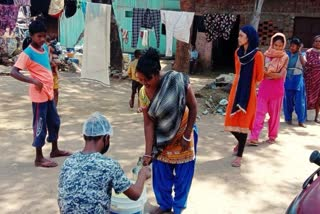 social-worker-providing-food