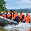 Susuri Sungai Kampar, Syahrul Aidi Prihatin Dengan Kondisi Korban Banjir