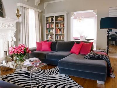sofá de veludo cinza com tapete zebra