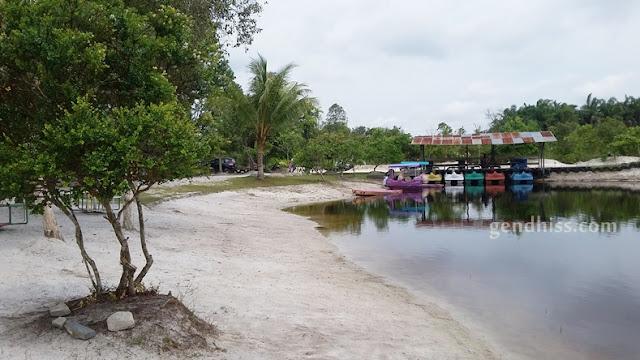 Danau khusus permainan air yang isinya hanya bebek air