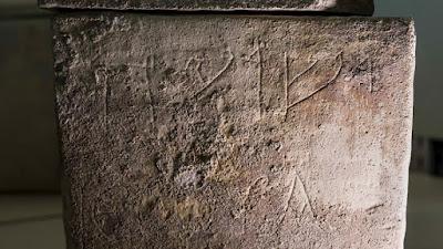 Antes de la Pascua, los arqueólogos encuentran importante material que ayuda a comprender mejor la época de jesus, la exhibición de una antigua caja de entierro con letras hebreas que forman el nombre de 'Yeshua'.