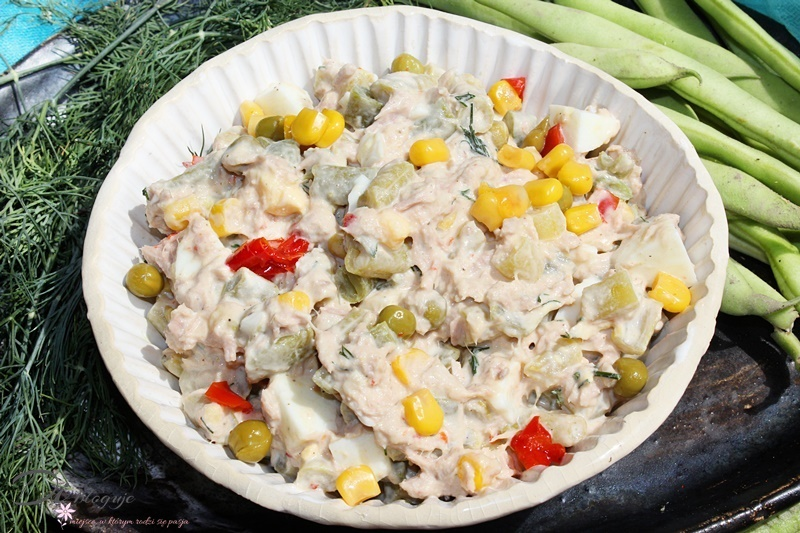 Kolorowa sałatka z fasolką szparagową, jajkami i tuńczykiem