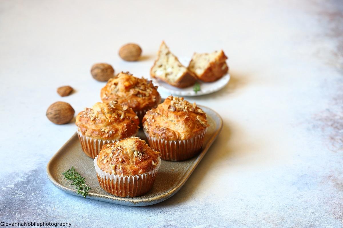 Muffin con feta, noci e timo